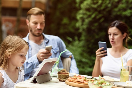 Parent screen time is no better than that of kids